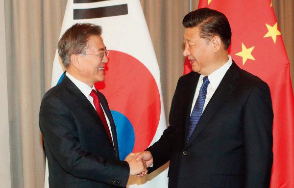 문재인 대통령(왼쪽)과 시진핑 중국 국가주석은 11월 11일 베트남 다낭에서 정상회담을 갖는다.[뉴시스]