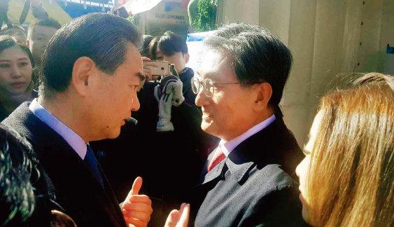 10월 29일 베이징 궁런운동장에서 열린 중국 외교부 주최 국제바자회에서 왕이 중국 외교부장(왼쪽)이 노영민 신임 주중 한국대사와 인사를 하고 있다.[동아DB]