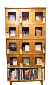 경기 분당 '좋은날의 책방'에 있는 개인 책장. 단골들이  술을 키핑하듯 자기 책을 보관할 수 있다. [지호영 기자]