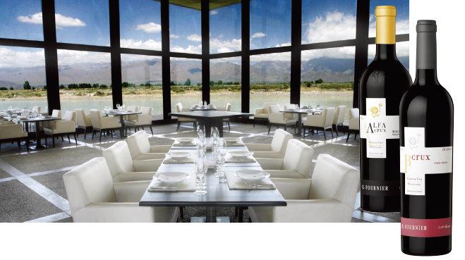 웅장한 안데스산맥이 한눈에 들어오는 오푸르니에 레스토랑. 알파 크룩스 말벡과 베타 크룩스 레드 블렌드 와인(왼쪽부터). [사진 제공 · 오푸르니에 와이너리]