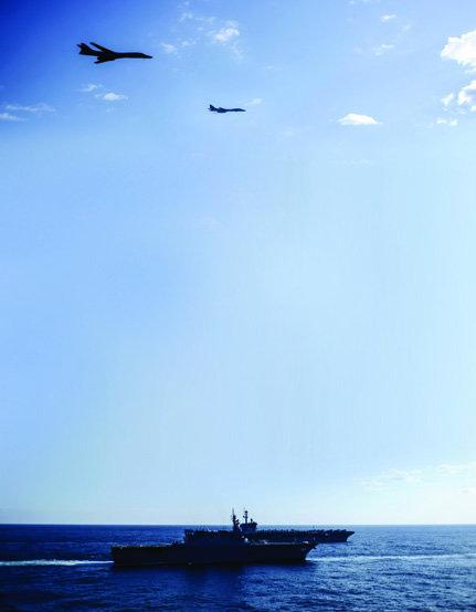 미군 B-1B 2대가 일본 헬기 탑재 항모 '이세'와 미국 항모 '시어도어 루스벨트' 위로 비행하고 있다.[사진 제공·미 해군]