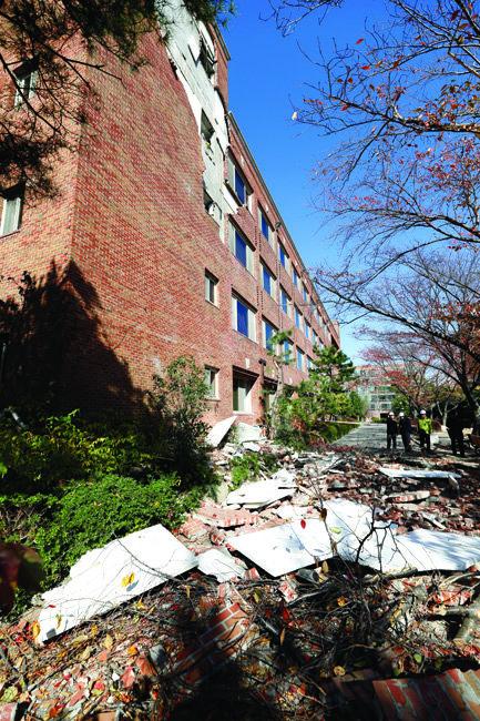 경북 포항시 한동대는 진앙지 인근에 위치해 피해가 컸다. 11월 16일 학교 관계자들이 건물 잔해를 치우는 모습.