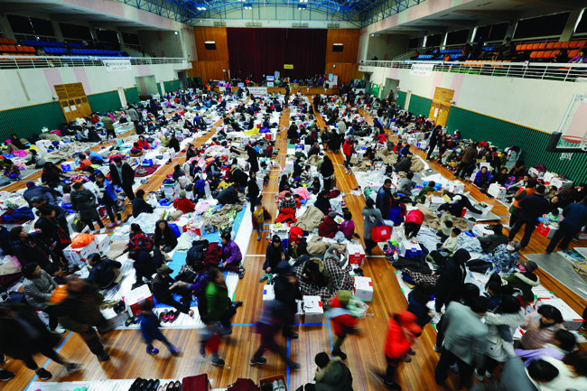 16일 지진 피해로 북구 흥해실내체육관에 대피한 주민들.