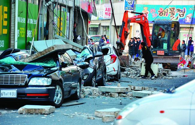 15일 한 상가의 외벽 콘크리트가 떨어져 건물 옆에 주차돼 있던 차량들이 크게 파손됐다. 차량 안에 사람이 타고 있지 않아 인명 피해는 없었다.