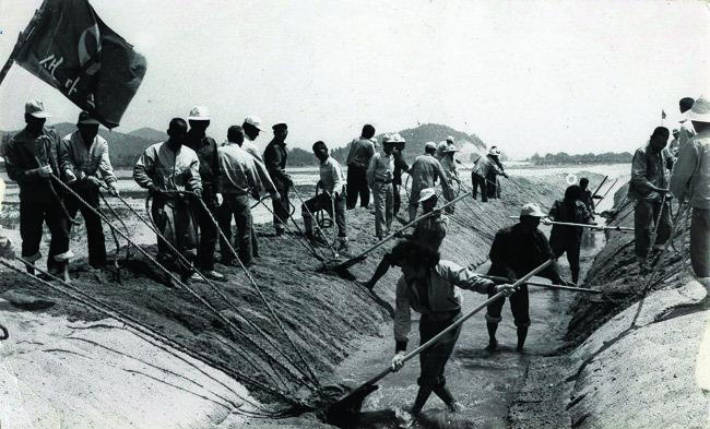 새마을운동이 한창이던 1970년대 한 농촌마을 사람들이 관개배수로 작업을 하고 있다.[동아DB]