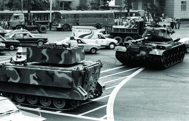 1979년 10월 부마민주항쟁이 일어나자 부산 중구 중앙동 옛 부산시청 앞에 계엄군이 출동해 있다.[동아DB]