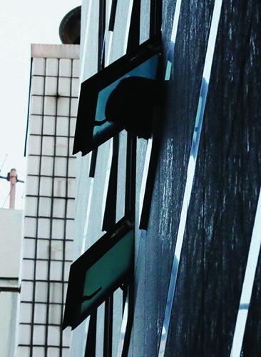 국가정보원 댓글 사건 수사를 방해한 혐의를 받던 변창훈 서울고등검찰청 소속 검사가 피의자 심문을 앞두고 투신한 서울 서초구 한 건물의 4층 화장실 창문.[동아DB]