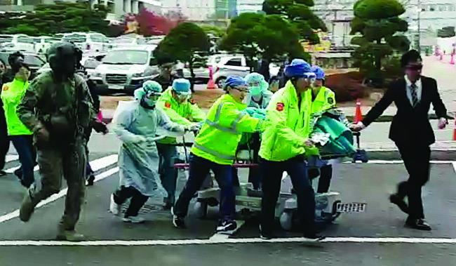 11월 13일 판문점 공동경비구역(JSA)에서 남측으로 귀순하다 총상을 입은 북한군 병사가 경기 수원시 아주대병원으로 긴급 후송되고 있다.[뉴스1]