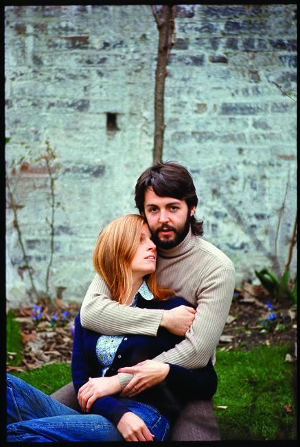 1968년 영국 런던에서 달콤한 시간을 보내던 비틀스 멤버 폴 매카트니와 아내 린다의 모습. [동아DB]