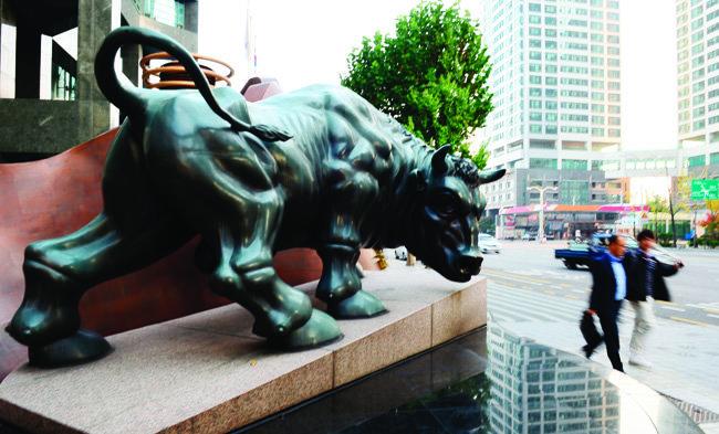 서울 여의도 금융투자협회 앞 황소상. 초대형 IB 지정으로 증권업계 지각변동이 예고된다.[뉴시스]