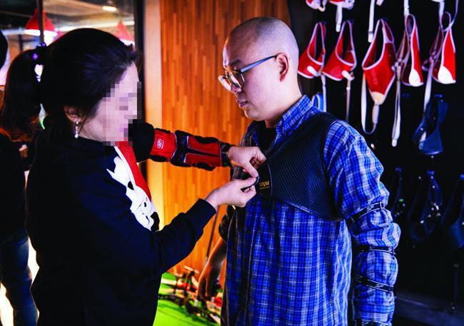 서울 홍대 앞 양궁 카페 '애로우팩토리'에서 손님이 양궁 장비를 착용하고 있다.[홍중식 기자]