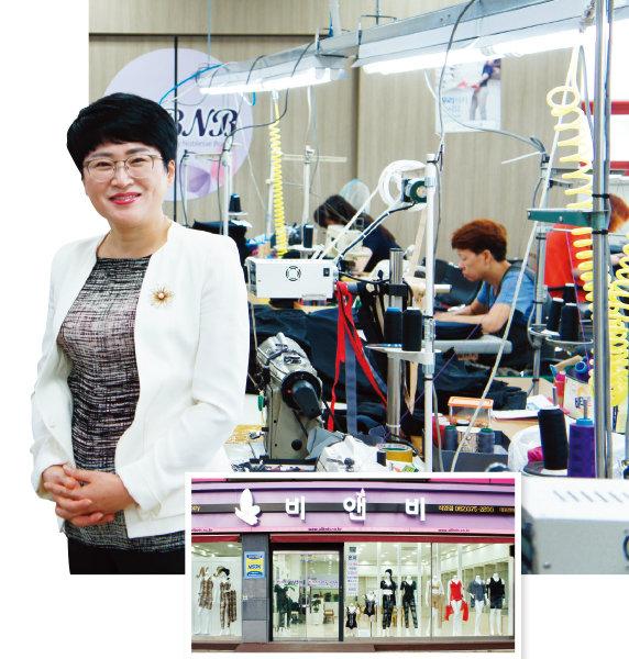 공장을 찾은 최남숙 대표(왼쪽)과 백송근비앤비 매장.[사진 제공백송근비앤비(주)]