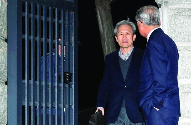 김관진 전 국방부 장관(왼쪽)이 11월 22일 밤 경기 의왕시 서울구치소를 나서고 있다. [뉴시스]