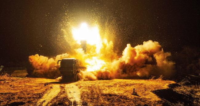 동해를 향해 대응사격을 하는 한국군 미사일부대. 한국은 북한 미사일 도발에 대응하는 전담 사령부를 지정해야 한다. [뉴스1]