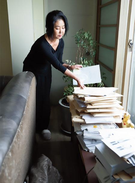 김부선 씨 집 거실에는 소송장이 쌓여 있다. [지호영 기자]