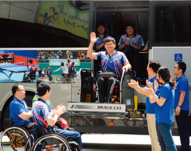 지난여름 대구시청 광장에서 장애체육인의 꿈과 도전을 싣고 달리는 장애인체육특장버스 시승식이 열렸다.[뉴시스]