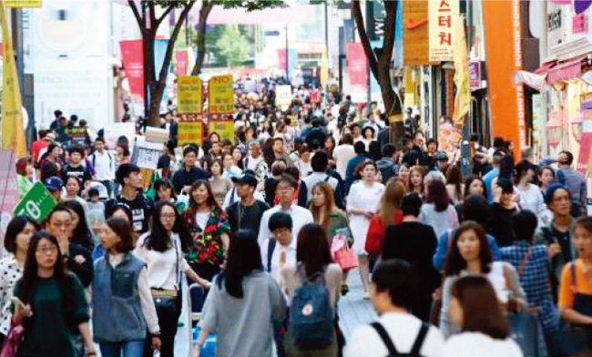 2015년 중국 국경절 때 서울 명동 거리를 가득 메운 유커들.[동아DB]