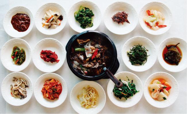 버섯으로 탕을 끓이고 갖은 산나물로 차린 상.