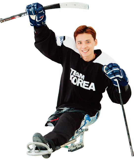 장애인 아이스하키는 10kg에 달하는 보호구와 장비를 착용한 채 빙판 위를 종횡무진해야 한다. 정승환 선수는 외국 선수들과 경기에서 빠른 속도와 월등한 실력으로 골을 넣어 '빙판 위 메시'로 불린다.