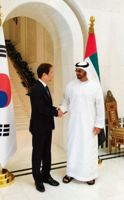 12월 10일 오후(현지시각) 모하메드 빈 자이드 알 나흐얀 아랍에미리트 왕세제와 만나 악수하는 임종석 대통령 비서실장. [사진 제공 · 청와대]