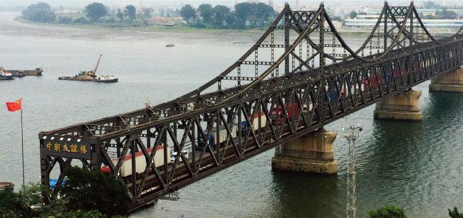 12월 4일 중국 단둥과 북한 신의주를 연결하는 압록강대교 위를 트럭들이 오가고 있다. [뉴시스]