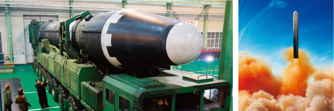 김정은 북한 국무위원회 위원장이 바퀴 18개의 9축 이동식 발사차량에 탑재된 화성-15형을 바라보고 있다.(왼쪽) 옛 소련의 대륙간탄도미사일(ICBM)인 SS-19 발사 모습. [KCNA, 위키피디아]
