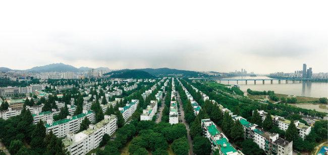 2018년 1월 1일부터 재건축초과이익환수제가 재시행된다. 올해 서울 주요 재건축 아파트 조합은 이를 피하고자 속도전을 벌였다. 사진은 서울 서초구 반포주공1단지 모습. [동아DB]