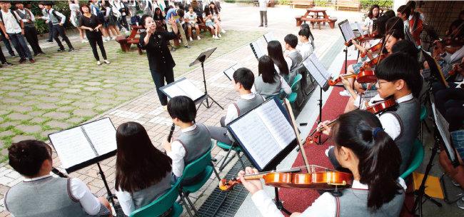 올해 9월 19일 부산 장산중 오케스트라 단원들이 연 '등굣길 콘서트'. 학생들의 정서를 함양해 학교 폭력을 예방하겠다는 뜻을 담아 연주회를 열었다. [동아DB]