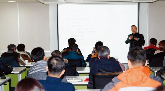 2017년 12월 12일 서울 종로구 동아미디어센터 20층 CC큐브에서 '소상공인을 위한 빅데이터 창업 세미나' 3차 행사가 열렸다. '매출 활성화 방안'에 대해 강의하는 권영산 오앤이외식창업컨설팅 대표. [김형우 기자]