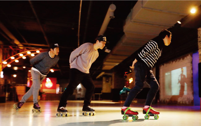 롤러스케이트장 부활의 효시가 된 인천의 '롤캣'. 이곳에선 기성세대가 젊은 층보다 더 화려한 기량을 선보인다. [박해윤 기자]