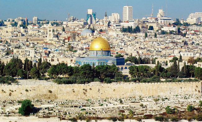 예루살렘의 모습으로 노란색 돔은 무함마드가 승천했다는 알아크사 사원의 바위돔 모스크. [위키미디아]