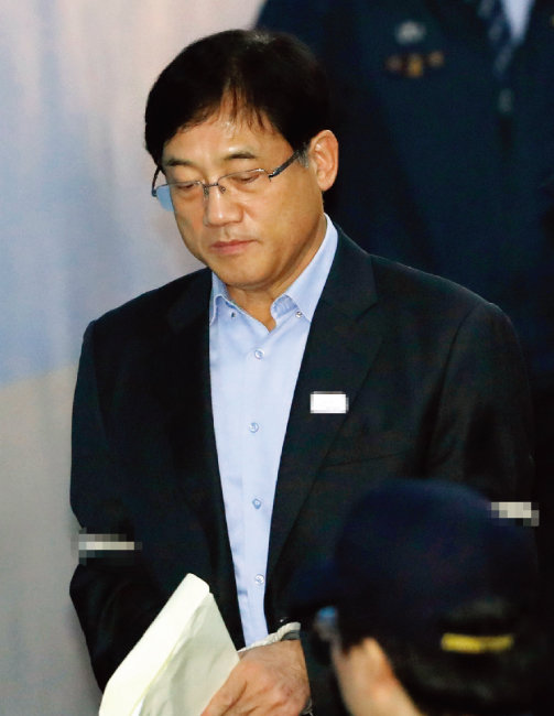 뇌물수수 혐의로 검찰에 출두한 구은수 전 서울지방경찰청장. [뉴스1]