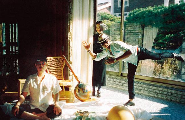 최근 음반 'Tres BonBon'을 선보인 밴드 '앗싸' 멤버들. 왼쪽부터 성기완(기타·보컬), 한여름(보컬), 아미두 디아바테(칼레바스·발라폰·고니). [사진 제공 · 칠리뮤직]