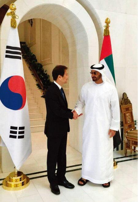 문재인 대통령 특사로 아랍에미리트(UAE)를 방문한 임종석 대통령비서실장이 2017년 12월 10일 오후(현지시각)  모하메드 빈 자이드 알 나흐얀 왕세제와 만나 악수하고 있다. [사진 제공·청와대]