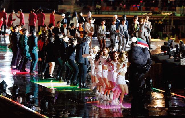 가을철인데도 체감온도가 영하권을 기록할 정도로 추웠던 탓에 얇은 의상을 입고 무대에 오른 가수와 진행자들이 추위에 떠는 모습이 카메라에 포착되기도 했다. [뉴스1]