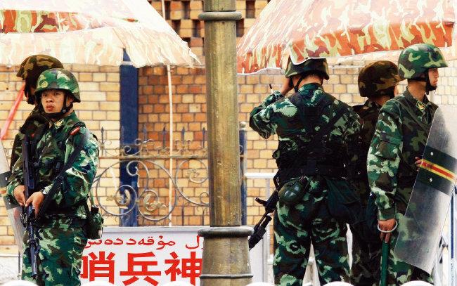 신장웨이우얼자치구 구도인 우루무치의 검문소에서 무장경찰이 경계를 서고 있다. [차이나데일리]