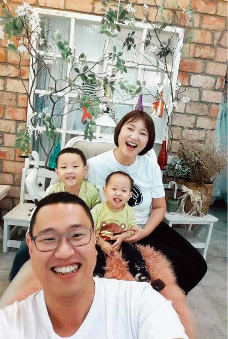 아내, 큰아들, 둘째 딸과 함께 셀카를 찍은 김윤호 선수. [사진 제공·김윤호 선수]