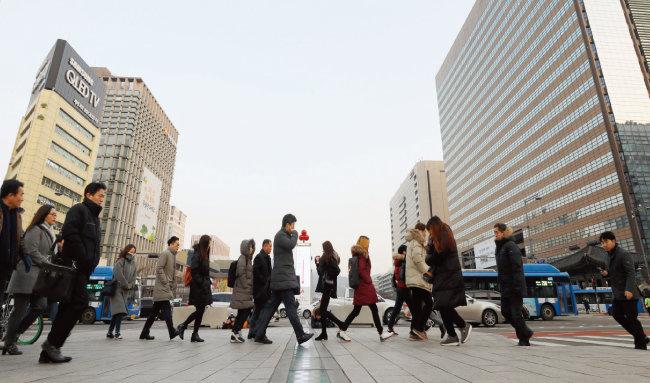 서울 종로구 세종로 네거리 횡단보도를 건너는 직장인들. [동아DB]