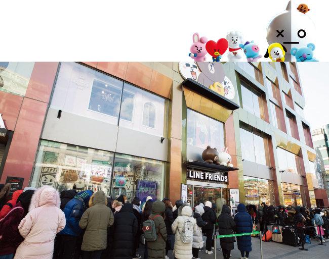 1월 9일 오전 서울 용산구 라인프렌즈 플래그십 스토어 이태원점 앞에 BT21 제품을 사기 위한 줄이 길게 늘어서 있다. [조영철 기자]