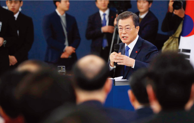 1월 10일 문재인 대통령이 신년 기자회견 자리에서 최저임금 인상 문제에 관해 말하고 있다. [뉴시스]