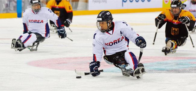 장애인 아이스하키 국가대표 선수들의 경기 모습. [사진 제공· 대한장애인체육회]