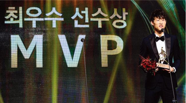 2017년 11월 서울 서대문구 그랜드 힐튼 서울에서 열린 'KEB하나은행 K리그 2017 대상'에서 K리그 클래식 최우수선수(MVP)에 선정된 전북현대모터스 이재성. [동아일보]
