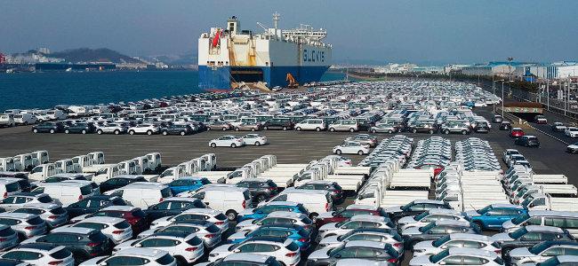 현대자동차 울산공장 선적부두에 수출용 차들이 대기하고 있다. [뉴스1]