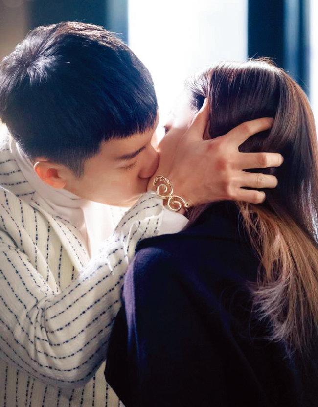 tvN 주말드라마 '화유기'에서 삼장(오연서 분)과 키스하는 손오공(이승기 분)이 찬 팔찌가 '금강고'다. [사진 제공 · 화유기]