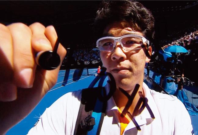 정현은 1월 24일 호주오픈 8강전에서 테니스 샌드그렌을 꺾고 중계 카메라 렌즈에 '충 온 파이어'(chung on fire·불붙은 정현)라는 문구를 썼다. 'chung(충)'은 정현의 성 정을 외국에서 부르는 발음. [JTBC캡처]