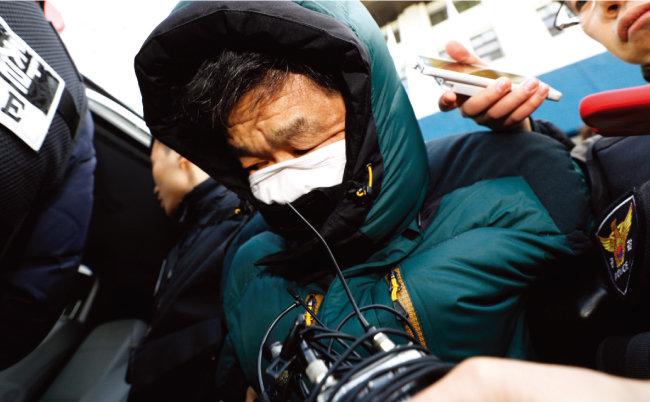 서울 종로구 여관 방화범 유모 씨가 1월 21일 오후 구속 전 피의자심문(영장실질심사)을 받기 위해 서울중앙지방검찰청으로 압송되고 있다. [뉴스1]