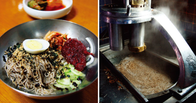 비빔국수에 육수 대신 부드러운 면수를 곁들이는 '송월메밀국수'(왼쪽). 막국수는 메밀국수를 바로 뽑아 만들어야 향긋하다.