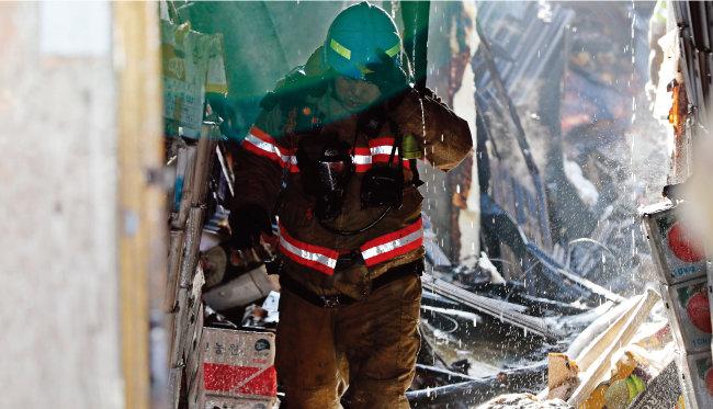화재를 진압하고 나오는 소방관의 모습. [동아일보]