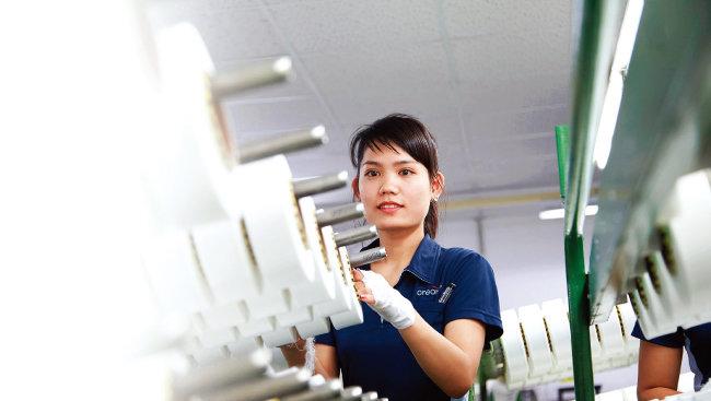 효성 베트남 스판덱스 생산공장에서 베트남 현지 노동자가 작업하고 있다. [사진 제공·효성]