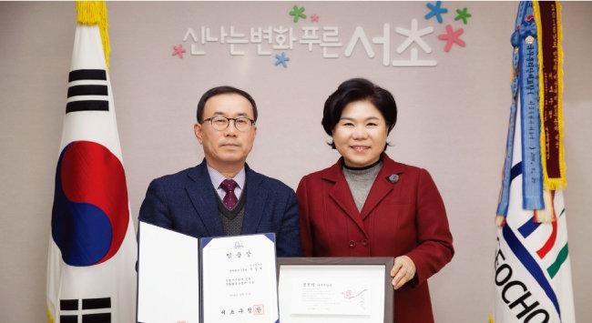 조은희 서울 서초구청장은  2014년부터 사무관, 서기관 승진자에게 '청렴패'를 수여하고 있다. [사진 제공 · 서초구청]